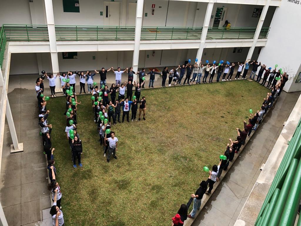 IFMG, campus Ouro Branco, realiza abraço simbólico em luta pela Educação (Foto: Fabrício Marques/Blog do Vestibular)
